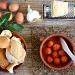Pallotte cace e ove (Polpette abruzzesi di pane, formaggio e uova)